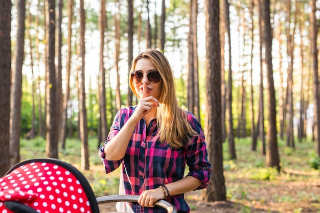 Helder beeld van jonge vrouw met vinger op lippen Premium Foto
