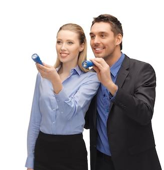 Helder beeld van man en vrouw met zaklampen.