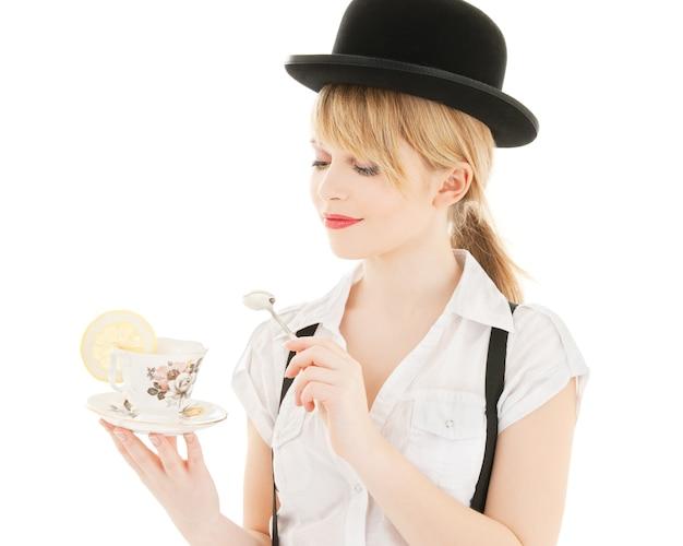 Helder beeld van mooi meisje met kopje thee