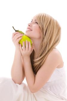 Helder beeld van mooie blonde met citroen