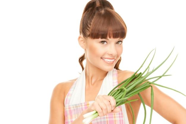 Helder beeld van mooie huisvrouw met lente-uitjes over wit