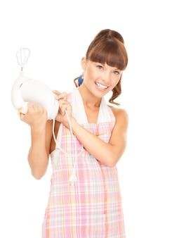 Helder beeld van mooie huisvrouw met mixer over wit