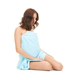 Helder beeld van mooie vrouw in handdoek