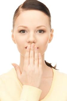Helder beeld van mooie vrouw met hand over mond Premium Foto
