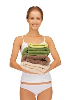 Helder beeld van mooie vrouw met handdoeken.