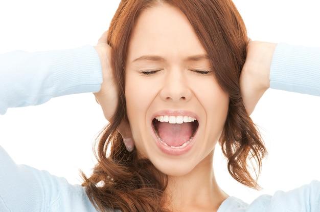 Helder beeld van schreeuwende vrouw over wit