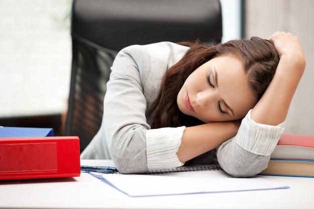 Helder beeld van slapende vrouw met boek