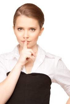 Helder beeld van tienermeisje met vinger op lippen