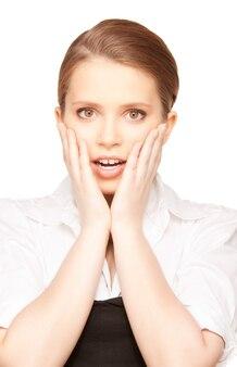 Helder beeld van verrast tienermeisjesgezicht