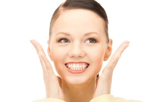 Helder beeld van verrast vrouwengezicht over wit