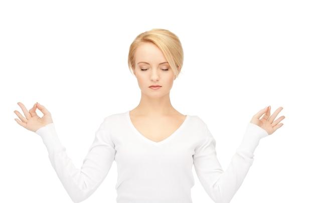 Helder beeld van vrouw in meditatie over wit