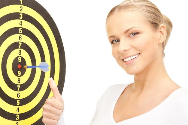 Helder beeld van zakenvrouw met dart en doel