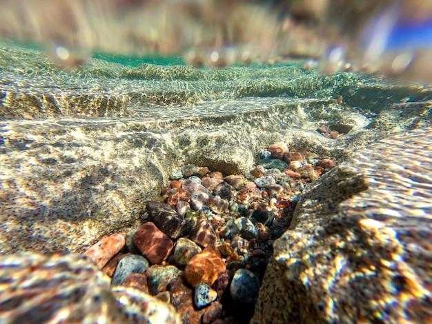 Helder blauw water, onderwater fotograferen van de bodem van de zee