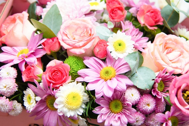 Helder bloemenboeket. mooi close-up van een bloemstuk.
