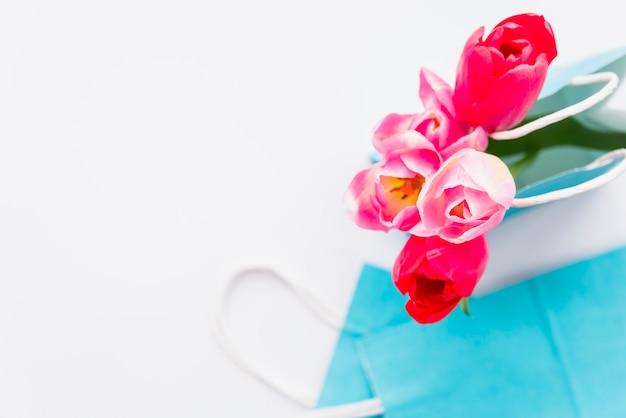 Helder boeket van verse bloemen in ambachtspakket