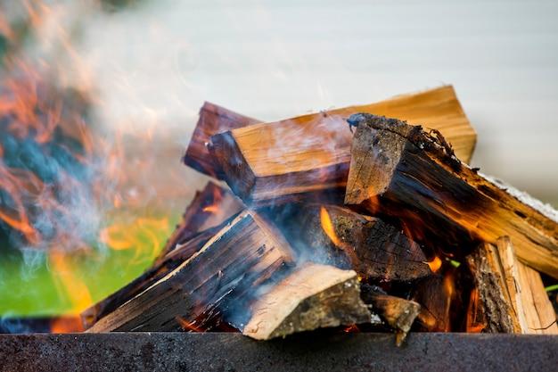 Helder brandend in metalen doos brandhout voor barbecue buiten