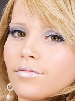 Helder close-upbeeld van het gezicht van de mooie vrouw