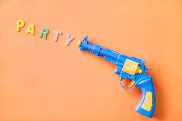 Helder en kleurrijk plastic stuk speelgoed kanon
