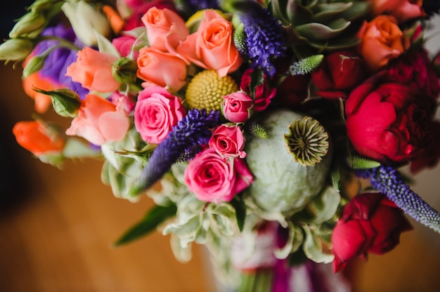 Helder en modieus boeket van de bruid. bruiloft floristiek en details. Premium Foto