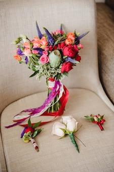 Helder en modieus boeket van de bruid. bruiloft floristiek en details.