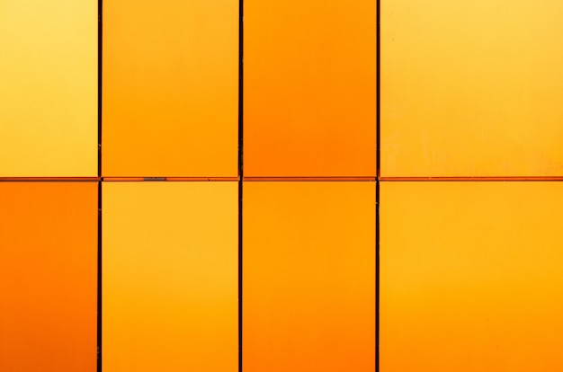 Helder geel en oranje en veelkleurige tegels van verschillende grootte voor binnen en buiten
