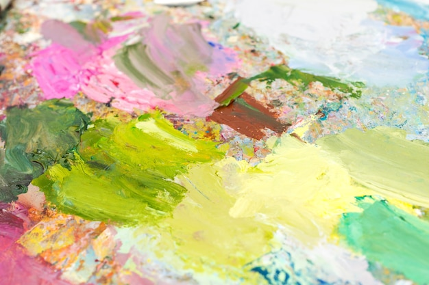 Helder gemengde olieverf op een palet op een veelkleurig professioneel schilderspalet