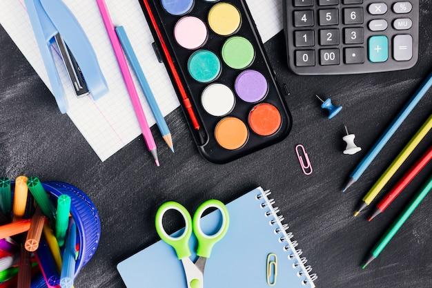 Helder kantoorbehoeften voor kunst en werk op donkere achtergrond