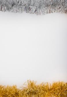 Helder klatergoud op witte lijst