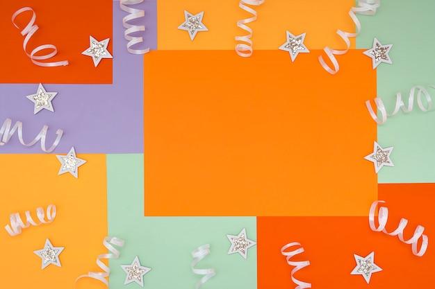 Helder met een niet-symmetrisch geometrisch patroon in trendy kleuren met een compositie van confetti en glanzend witte sterren. concept, vakantie