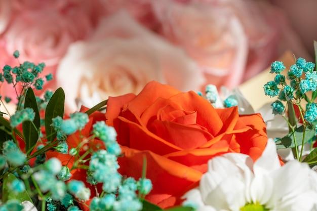 Helder mooi boeket rood, geel en roze van rozen close-up