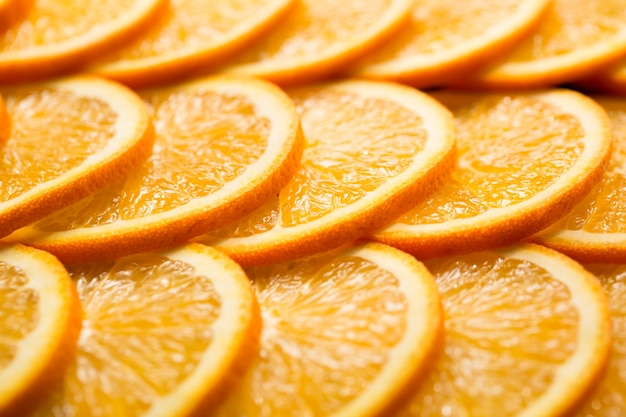 Helder oranje achtergrond van plakjes sappige sinaasappel. gezonde voeding, achtergrond.