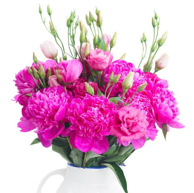 Helder roze pioenroos en eustoma bloemen boeket close-up geïsoleerd op een witte achtergrond