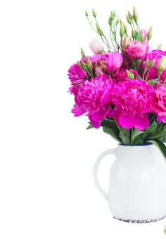 Helder roze pioenroos en eustoma bloemen boeket in pot close-up geïsoleerd over wit