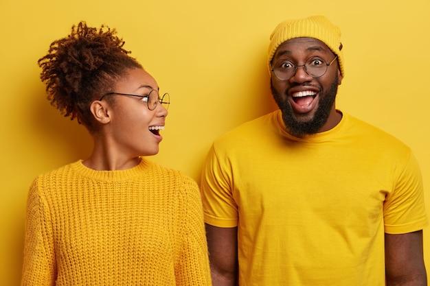 Helder schot van verrast gelukkige vrouw met afro-haar