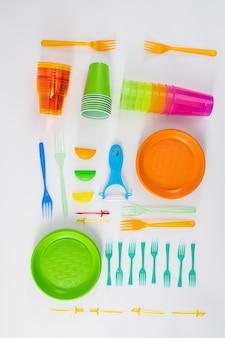 Helder stel. kit met plastic keukengerei nauwkeurig op de vloer geplaatst als installatie voor bewust gebruik mind