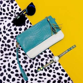 Helder stijlvol accessoire dames. koppeling, zonnebril, horloges. dierenprint in de trend.