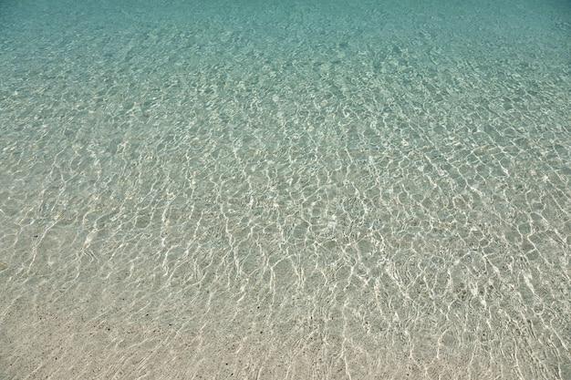 Helder transparant ondiep zeewater