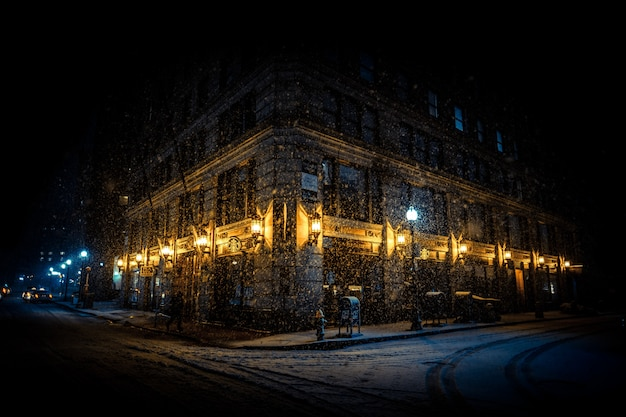 Helder verlichte hoek van een gebouw 's nachts
