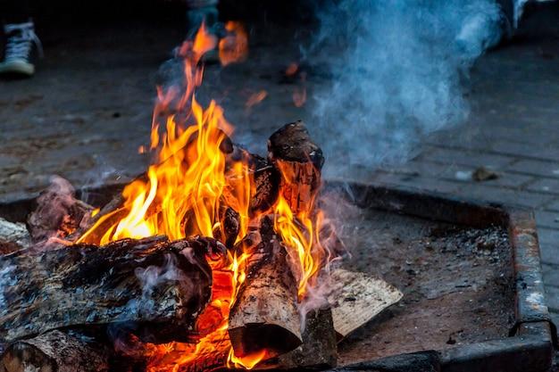Helder vuur met rook in de open lucht