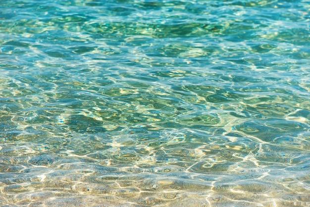 Helder water achtergrond, blauwe natuurlijke textuur.