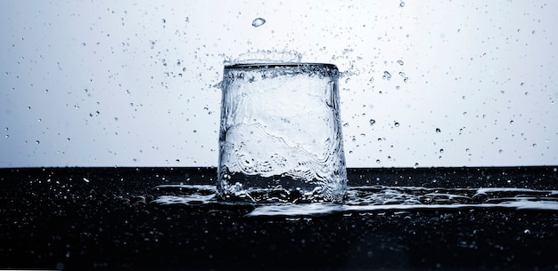 Helder water in glas met waterdruppels