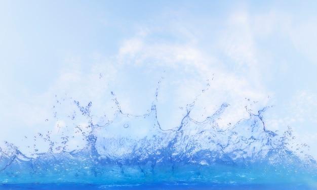 Helder water spatten tegen de blauwe hemel