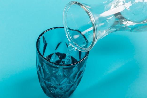 Helder water uit een hoge kruik