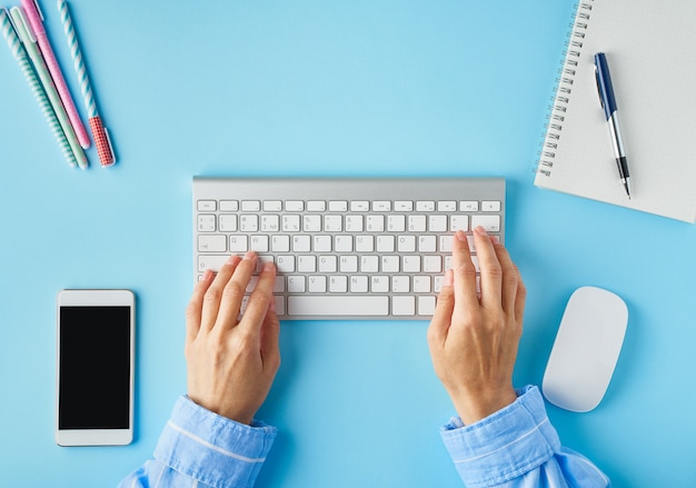Helderblauw modern bureau. bovenaanzicht. afstandsonderwijs. kopieer ruimte, bespot.