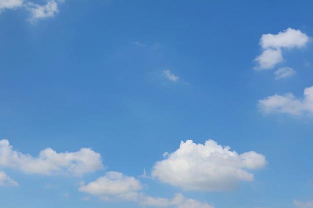 Helderblauwe lucht met witte wolken