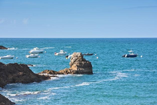 Helderblauwe zee en vissersboten in bretagne, frankrijk