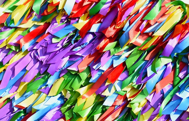Heldere achtergrond gemaakt van veelkleurige satijnen linten