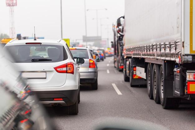 Heldere auto's stopten in de file op de snelweg