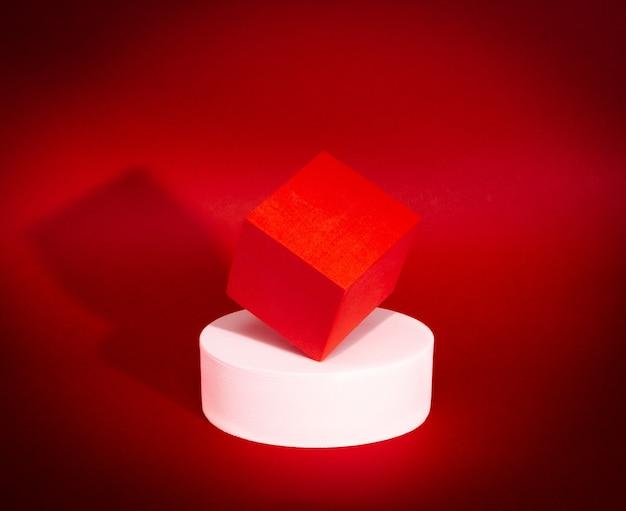 Heldere balans van rode kubus en witte cirkel