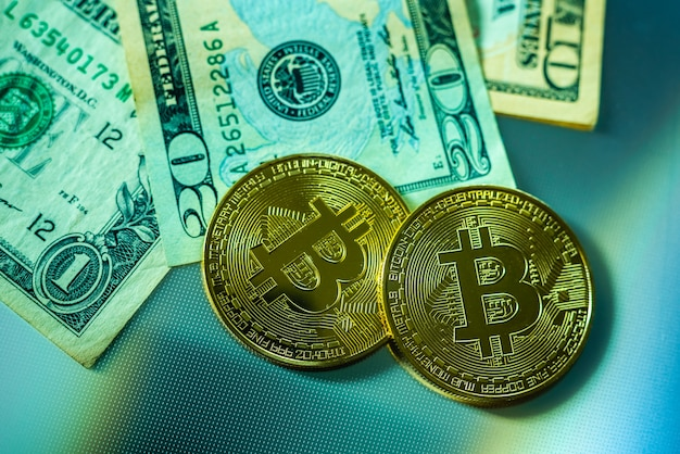 Heldere bitcoin munten naast dollarbiljetten.